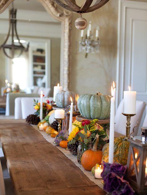 Eine Fröhlich Bunte Tischdekoration Mit Kürbissen, Laternen, Zapfen Und  Herbstblumen Verbreitet Ihren Charme über