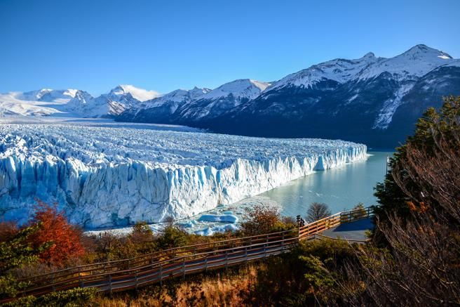 Pasarelas de madera en el parque Nacional los Glaciares, en Argentina, frente al Perito Moreno