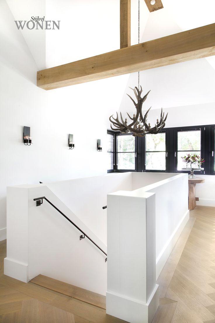 Vloer, kozijnen, houten vloer. Mooie combi strak wit met hout en stalen kozijnen / trapleuning.
