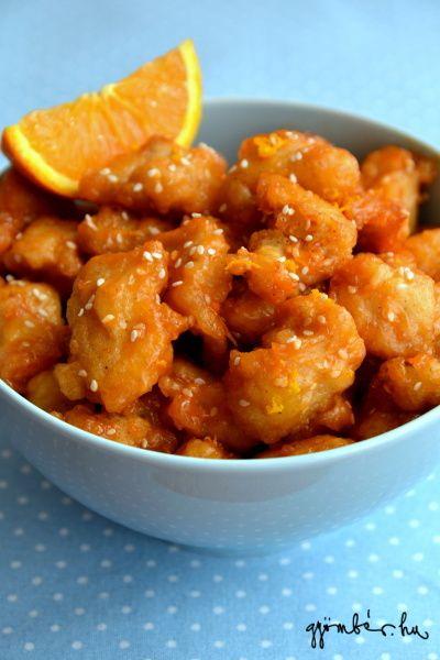 A kínai éttermek kínálatának állandó szereplője ez az édeskés, ragacsos fogás. Akik már köszönőviszonyban vannak a kínai receptekkel, szeretni fogják; azok számára pedig príma bevezetés, akik még csak most fedezik fel maguknak ezt a pikáns, fűszeres konyhát. Narancsos-szezámmagos kínai csirke Hozzávalók: 2 egész csirkemell filé, megtisztítva, felkockázva 60 gr liszt 1 teáskanál sütőpor 1 tojás, felverve 125 ml víz 3 evőkanál kukoricakeményítő A szósz hozzávalói: 60 ml ketchup 60 ml méz 2…