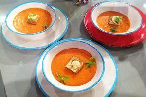 Ricetta Passata di pomodoro e peperoni con bruschetta al basilico e mozzarella