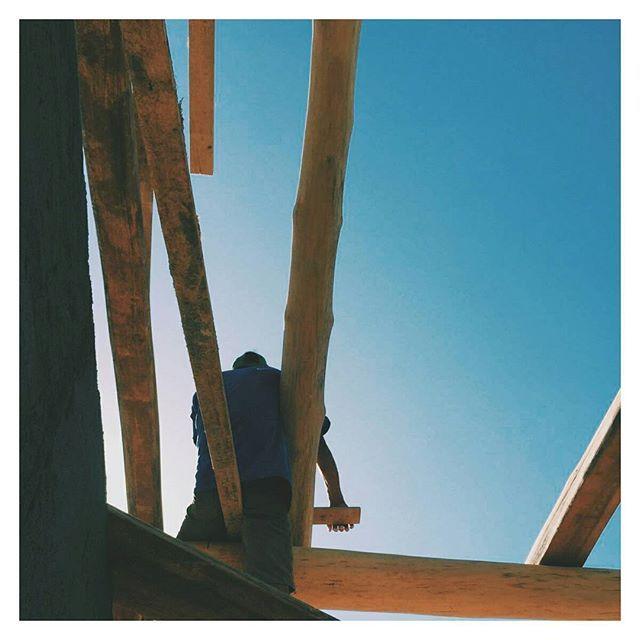 hands on overhead 👐 // #sitevisit #balancingact #safetyfirst #artesian #timber #woodwork #construction #contractor #cirenas #architecture #sky #tico @cirenas.costa.rica 📷@flynnstagram2000