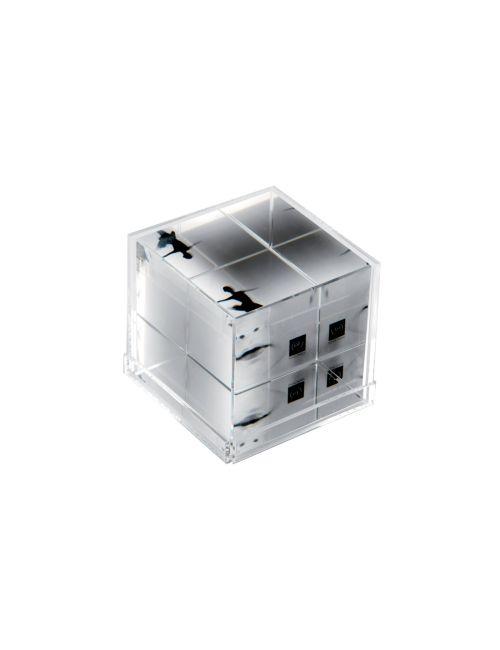 CUBO PORTAFOTO IN ACRILICOM345   Cubo portafoto in acrilico, adatto a contenere fino a 6 foto (utilizzando facce interne ed esterne). Dimensione: 6,4x6,4x6,4cm. Idea per #bomboniera.