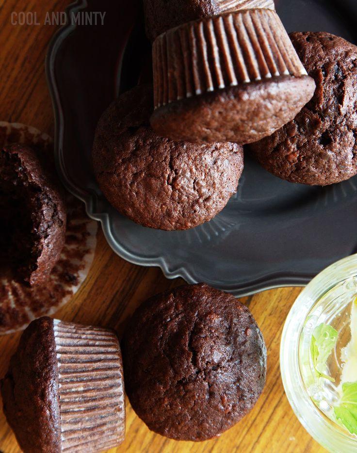 Czekoladowe muffiny z Coca-Colą. Delikatne i mocno czekoladowe, o lekko gąbczastej, wilgotnej strukturze miąższu. Pięknie rosną i wszyst...