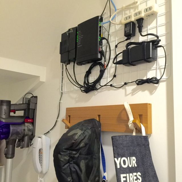 Yuki.Kさんの、100均,階段下収納,無印良品,無線LAN,インターネット,モデム隠し,モデムとルーター,Wi-Fi,Wi-Fi置場,電話機,電話台スペース,壁に付けられる家具,ダイソン掃除機,壁/天井,のお部屋写真