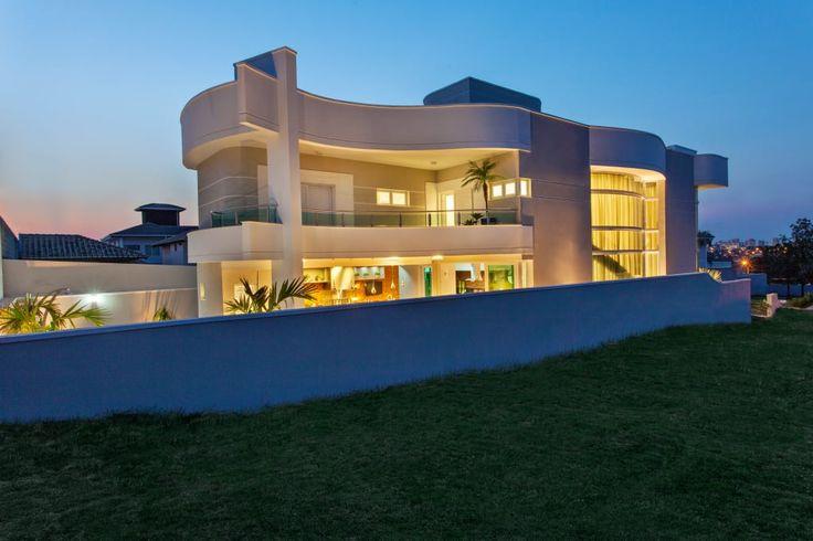 Navegue por fotos de Casas modernas cinza: . Veja fotos com as melhores ideias e inspirações para criar uma casa perfeita.