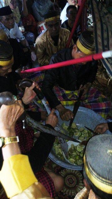 Pencucian lima arajang (pusaka) kerajaan Lompengeng. Dua hari sebelumnya sudah dilakukan upacara Mak Dewata dan pemotongan kerbau. Begitu sakralnya upacara ini hingga saya harus mendapat ijin khusus dari keluarga dan bissu #bugis #lompengeng #indonesia #bissu #arajang #soppeng #sulsel