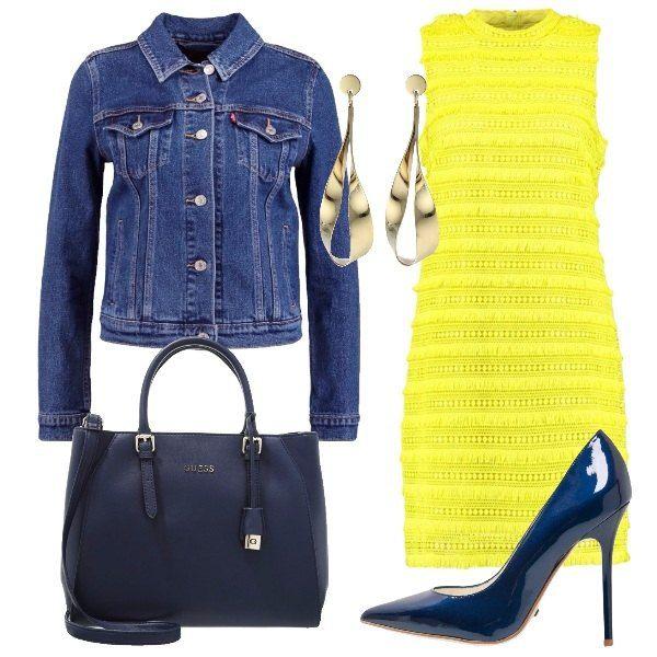 Giacca in jeans con tasche e bottoni, vestito bright citron con colletto alla coreana, décolleté con tacco a spillo, borsa a mano con tracolla regolabile e orecchini pendenti.