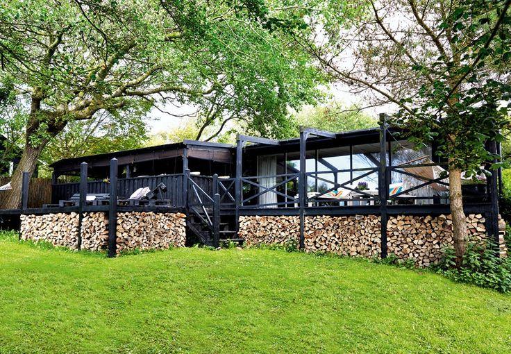 Masser af træ og lyse tekstiler skaber ro og zen-stemning. Nanett Taarup Nielssons sommerhus i Nordsjælland rummer tre generationer og en indretning, hvor alle kan slappe af.