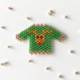 Hohoho!!! Cette semaine je vais vous présenter les petits pulls kitsch de Noël que j ai tissés avec plaisir. je commence avec un petit pull vert sapin avec un motif renne. j espère qu il vous plait! ✨ Bonne journée! #leminiones #miyuki #miyukibeads #miyukiaddict #miyukidelicas #perles #perle #perleaddict #perlemiyuki #diy #faitmain #instadiy #instagood #instamood #create #creation #creatrice #picoftheday #pull #pullover #pulldenoel #christmassweater #miyukipullover #renne #reindeer #...
