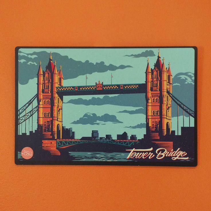 Placa Decorativa MDF Tower Bridge London - 29 x 19cm - Placa decorativa com base em MDF 3mm e estampa colorida e frase temática. Cantos arredondados. Acompnha fita dupla face para fixar o produto. A Tower Bridge é uma ponte-báscula construída sobre o rio Tâmisa, na cidade de Londres, capital do Reino Unido. Tamanho29x19cm