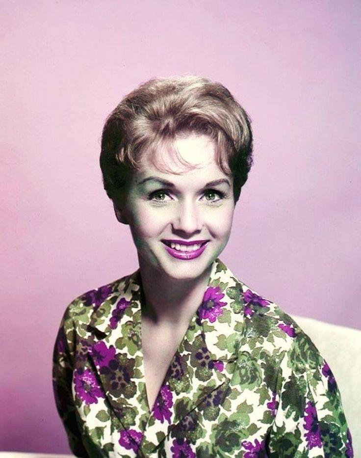 """Debbie REYNOLDS - eh oui, notre Debbie de """"Chantons sous la pluie"""" - est en train de faire un truc terrible. Dans les années 70, alors les grandes """"majors"""" disparaissaient les unes après les autres, rachetées par les gros groupes de médias et les financiers de Wall Street, elle avait sauvé de la poubelle des centaines de costumes et objets qui avaient fait la gloire des grands studios Hollywoodiens. Pendant plus de 30 ans, elle a collectionné ces chefs d'oeuvre, qui illuminent encore nos…"""