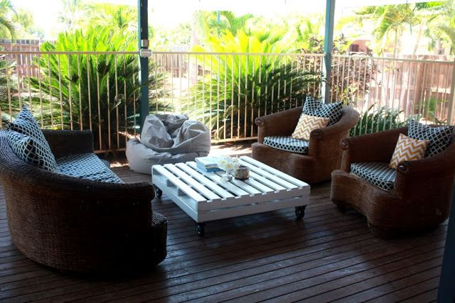 Pallet coffee table for outdoor-16 DIY Outdoor Furniture Pieces