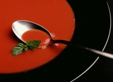 Ingredience: rajčatové pyré 500 gramů (kvalitní), vývar zeleninový 350 mililitrů, cibule červená 1 kus, česnek 3 stroužky, olej olivový 3 lžíce (extra panenský), máslo 30 gramů, rajčata 1 kus (čerstvé), bazalka 1 hrst (čerstvé lístky), cukr hnědý 1 lžíce, pepř mletý, sůl.