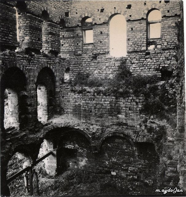 Edirnekapı'da yer alan ve Bizans döneminden günümüze ulaşan Tekfur Sarayı'nın yapım tarihi tam olarak bilinmemektedir. Bazı kaynaklarda 13. veya 14. yüzyıla tarihlendirilen yapının, Blakhernai Sarayı çalışanlarının ikamet etmesi için saraya bitişik olarak inşa edildiği düşünülmektedir. İstanbul'un fethinden sonra 17. yüzyıla kadar metruk durumda kalan yapı, 17. yüzyıl sonunda hayvanat bahçesine çevrildi.
