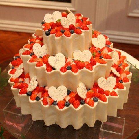 赤と白のコントラストが美味しそうに見えるウェディングケーキ。 ハートのチョコでかわいらしくデザイン。 | ファウンテンヒルズ仙台(宮城県:ゲストハウス) | 結婚式場・結婚準備の口コミサイト-みんなのウェディング [写真から探す]