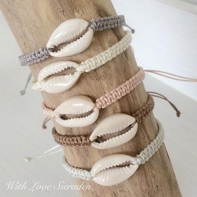 Deze leuke cowrie schelp armbandjes zijn helemaal beachproof. Je kunt ze dus gewoon blijven dragen op het strand en er mee de zee in