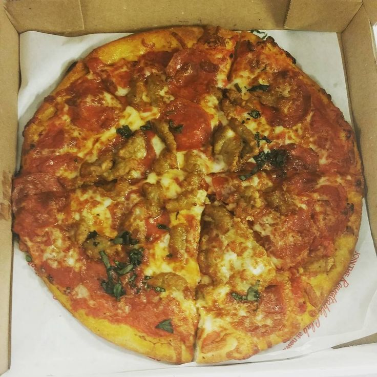 #pizza #atthequeenstable👑🍷🍽 my #1 fave food is Pizza! Finally had the opportunity to try this tangy pepperoni & Italian sausage pizza from Newks Eatery west end near #centennialpark 👌 I'd been hearing the pizza was pretty good & I do agree & my Co workers that helped me eat it lol🙄😄. 🌟I like my pizza thin, crispy w/ a Lil extra sauce. Pretty simple. I'm a sauce & dip girl so I'm into savory & sweet, I'm here for the spices & all that good stuff.  Their sauce had a sweet tang to it…