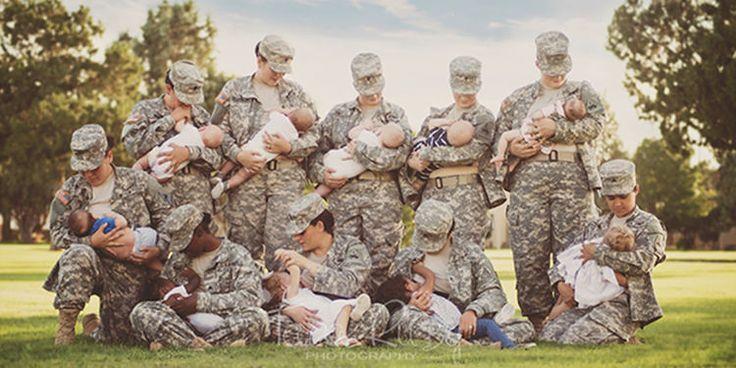 Des femmes militaires américaines prennent la pose pour allaiter leur bébé