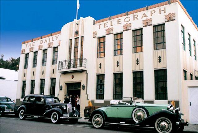 Az északi sziget keleti partján, a Hawke-öbölben található Napier, egy kis város, mely a látványos art deco építészetéről híres. A város jelentős része egy 1931-es földrengésben elpusztult. Az újjáépítés időszaka egybeesett a rövid életű art deco korszakkal, ennek eredményeként Napier építészete jelentősen különbözik a világ más városainak építészeti stílusaitól. Az Art Deco Weekend egy közkedvelt rendezvény a turisták körében...