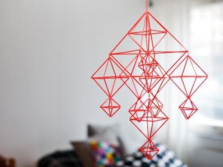Punainen himmeli muovipilleistä. Perinteinen muoto, mutta yksinkertaistettu malli.