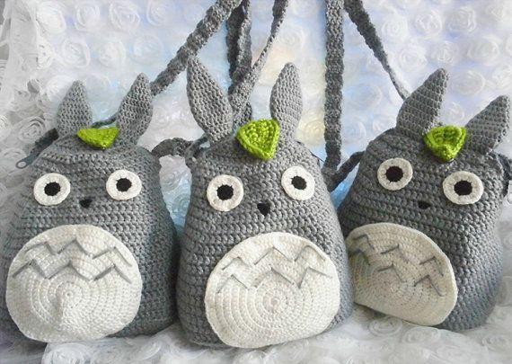 Este morral de Totoro kawaii se mano crocheted con amor y cuidado Puede utilizarse para la escuela, para el día, viajes, en cualquier lugar!  tamaño: Alto: 24 cm (+ - 2cm)  Cuidado: Mano lavar con jabón suave en agua fría y de la endecha plana para secar. Todos los artículos son hechos por mí en un humo gratis y mascotas gratis Inicio.