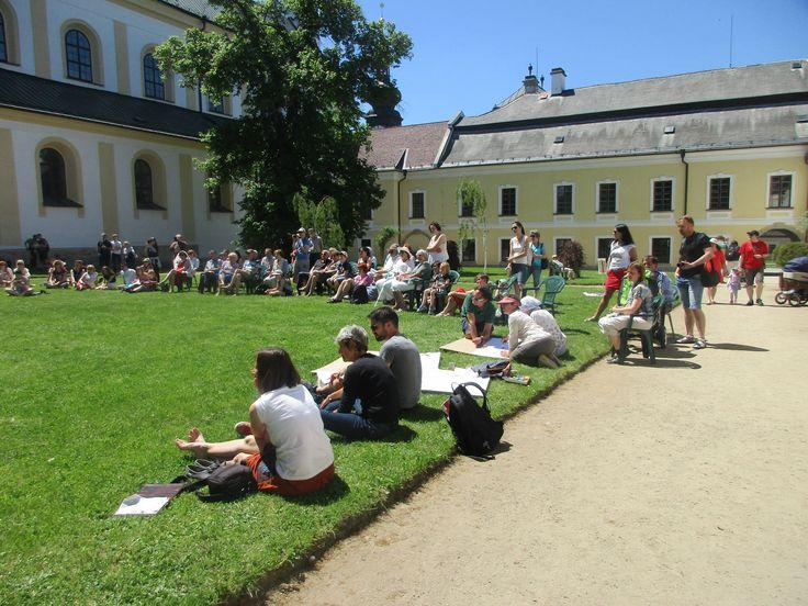 Návštěvníci u zámku ve Žďáru nad Sázavou