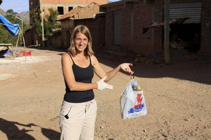 On s'est senti tellement démuni en Bolivie devant tant d'ordures que nous avions presque perdu espoir. Les déchets sont partout, le long des routes, au bord des rivières, des lacs, à la sortie des villes, dans les champs… Les vaches, les poules, les chiens,...