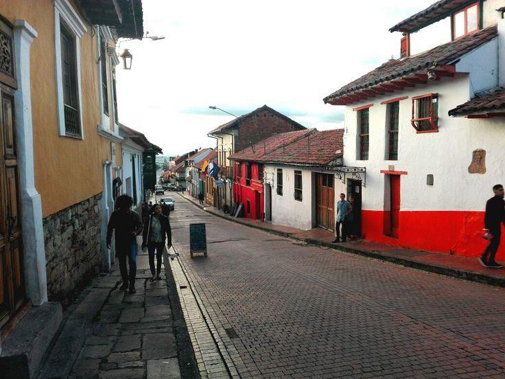 ¡Felíz y colorido día desde el barrio La Candelaria, Bogotá! Encontraste los colores de La Candelaria. #Street #Bogotá #Colombia #EncontrasteLaCandelaria #Belleza #Arquitectónica #Patrimonio #Cultural  Fotografía tomada por: Carolina González Chaparro