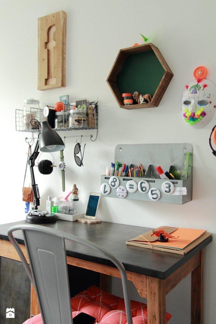 W części do nauki stare biurko, drewniana literka F jak Franek, heksagonalna półka, wieszaki i pojemniki...wszystko na skarby dziesięciolatka - zdjęcie od OlaZebra - OlaZebra
