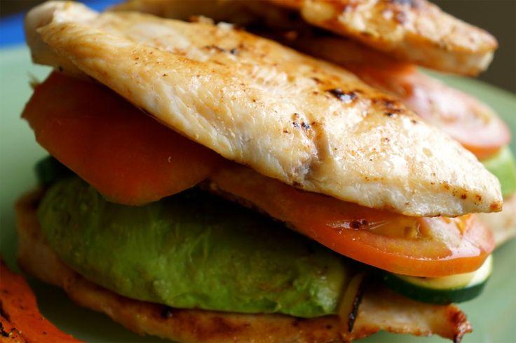 Club Sandwich met Kip  Print Voorbereiding 10 mins Kooktijd 5 mins Totale tijd 15 mins  Het ideale recept om een broodje tijdens de lunch te vervangen. Chef: Nathalia Aantal: 2 sandwiches Ingrediënten 4 kipfilets 2 reepjes spek (bacon) 1 avocado (gesneden) 1 tomaat (gesneden) 3 cm komkommer (gesneden) ½ ui (fijn gesneden) 1 …