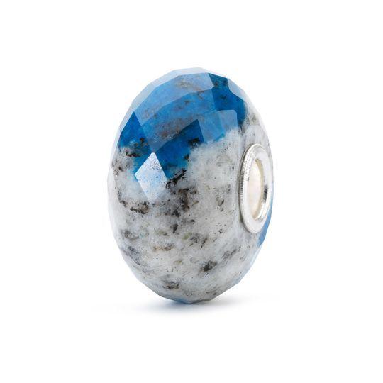 Azzurrite 2016 €75   Si ritiene che il suo colore blu intenso, determinato dalle cristallizzazioni di azzurrite, possa facilitare la visione interiore. Nell'antichità veniva usata per espandere la coscienza e stabilire un contatto con gli dei.
