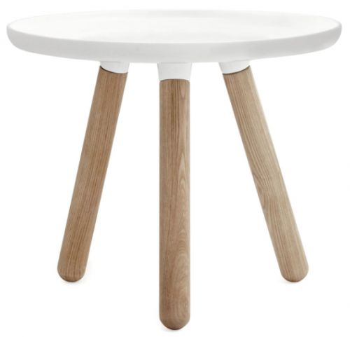 Bordet Tablo med tre ben er designet av Nicolai Wiig Hansen for Normann Copenhagen og er et estetiskt flott og elgant bord. Blandingen av de to vidt forskjellige materialene,iplast-kompositt og ask, gir et flott samspill som sammen danner et stilrent og sikkert design, som vil passe inn i de fleste hjem. Bordkanten har en skarp kant som bryter med de runde formene på en flott måte, og virkelig definerer bordet.  Høyde 42cm, diameter 50cm Veil. 1790,-
