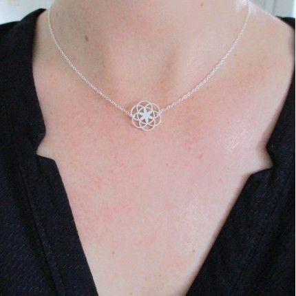 Délicat collier fin et raffiné en argent massif/925 pendentif rosace. - Place du Mariage