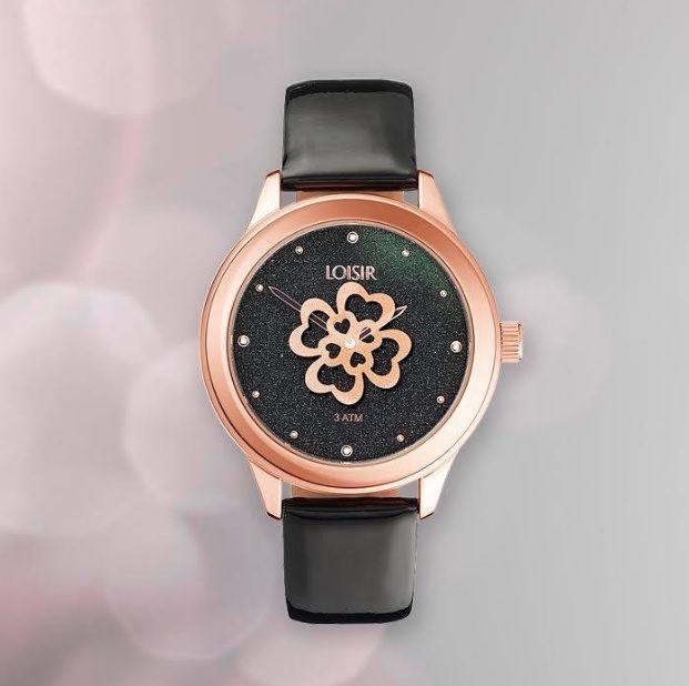"""Geef jouw leven meer glamour met het zwarte """"Glory"""" horloge ☺. We blijven het herhalen: dit horloge heeft echt een unieke wijzerplaat met het tikkende klavertje vier!! Kijk op www.aperfectgift.nl of ga naar de link in bio voor meer info . . .                             #loisir #horloges #dameshorloges #horloge #cadeau #cadeautje #cadeaus #cadeautip #inspiratie #cadeauvoorhaar #merk #sieraad #sieraden #sieradenwebshop #sieradenwebwinkel #roségoud #armband #feestdagen #inspo #armcandy…"""