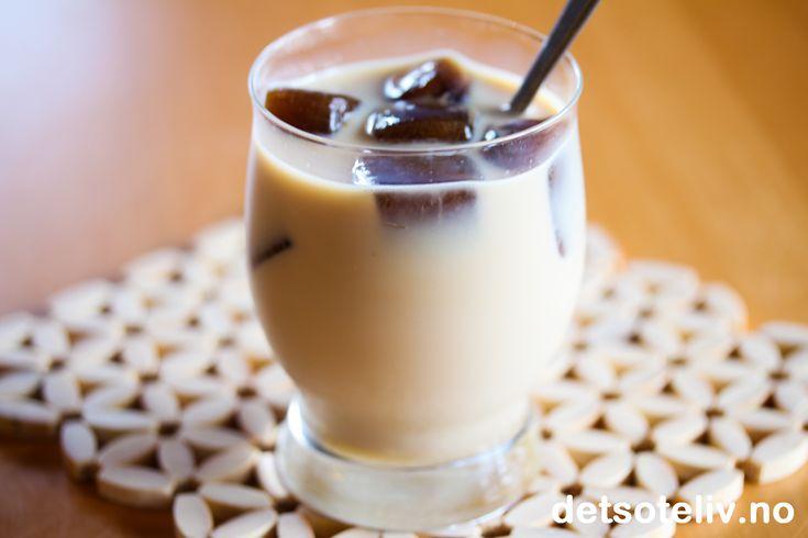 Knallgodt tips til alle kaffeelskere: Har kaffen i kaffekannen blitt kald, er det ingen grunn til å slå den ut i vasken. Lag heller kaffeisbiter med kafferestene! Blandet med melk og litt brunt sukker har du en superdeilig kaffedrikk på no time! PS: Kaffeisbiter gjør seg også veldig godt i et glass med Baileys...