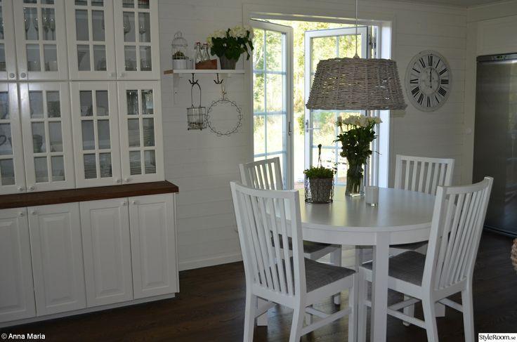 köksbord,vitrinskåp,kökslampa,kökshylla,balkongdörrar