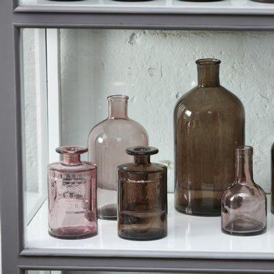 """Så fin glasvas i rosa ton av återvunnet glas. Med texten """"Blossom and Blooms"""""""