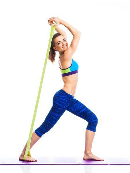 Mit diesen einfachen Theraband Übungen trainieren Sie den ganzen Körper - und zwar in kurzer Zeit besonders effektiv. Zehn Minuten täglich reichen schon.