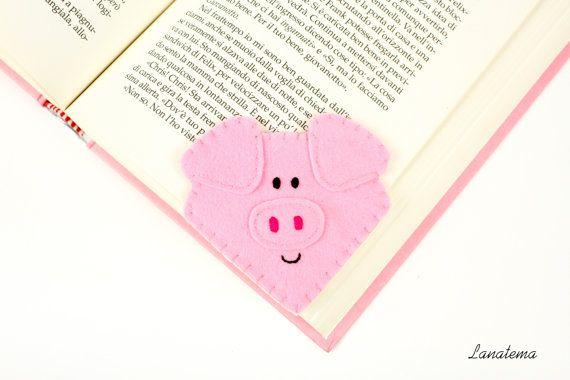 Marcador fieltro carne de cerdo  Es un fieltro hecho a mano, un marcador en forma de un cerdo rosa; nariz, ojos y boca son cosidos con hilo de algodón. Este lindo guarro es un regalo perfecto para niños y para todos los amantes del libro.  Un marcador se inserta en el ángulo de la esquina de la página de una manera muy sencilla gracias a una pestaña en la parte posterior.  • Fieltro: blanco, rosado • Tamaño: 7.5 x 7.5 cm • Los objetos se hacen de un ambiente de fumadores sin contacto  Un…