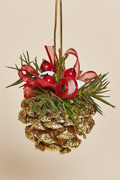 Conjunto de Cuatro, Sparkeling Oro Pine Cone Ornamento con bayas rojas, pino y una suspensión arco rojo: