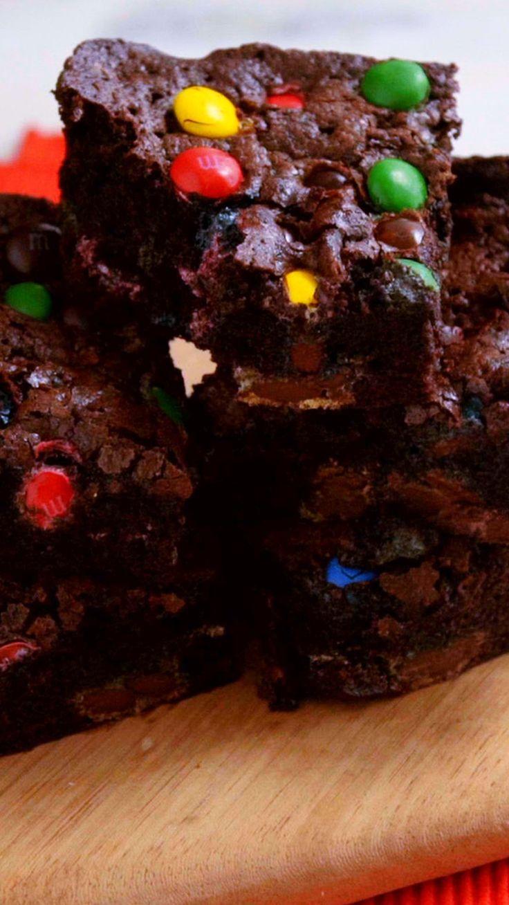 Que tal preparar um delicioso brownie com M&M's para acompanhar a maratona da sua série favorita?