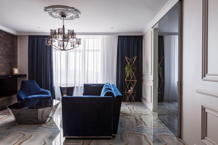 """Стены гостиной оформлены декоративной штукатуркой """"под бархат"""" .  Мягкая мебель насыщенного синего цвета изготовлена по индивидуальному заказу (Италия)."""