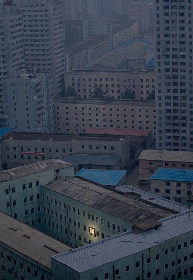 Pyongyang, North Korea (with picture of Kim Il Sung) :  Pjöngjang: Dort hängt ein Porträt des Staatsgründers Kim Il Sung außen an einem Gebäude. | © Damir Sagolj/Reuters