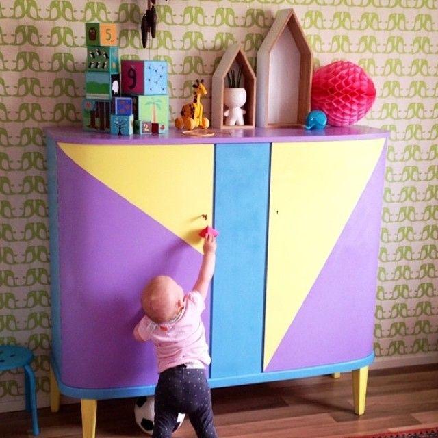 Färgrikt & snyggt skåp @okardemark #barnrumsinspo #måla #diy #färg ...