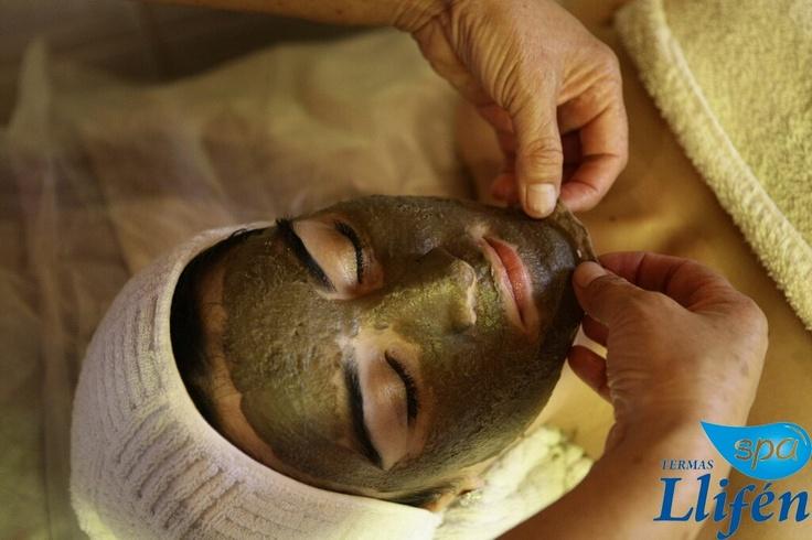 Máscaras de barro facial están diseñadas para mejorar la apariencia de la piel, eliminando las impurezas y muerto en la piel células, limpieza profunda de los poros, hidratación y endurecimiento de la piel para una apariencia más joven de aspecto.