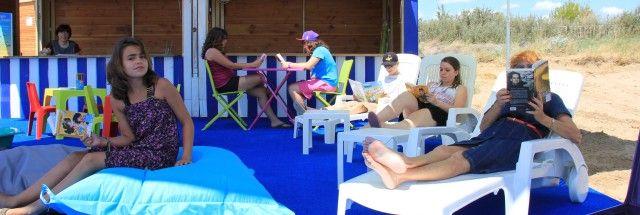 Bibliothèque avec coussins et transats sur la plage de Fleury d'Aude.