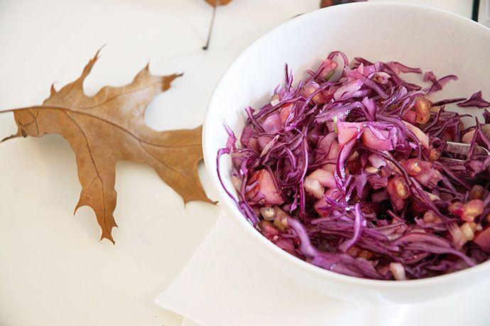 Salat med rødkål og frugt