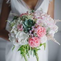 Букет невесты из роз, гортензий, астильбы, альстромерий, орнитогалума, амаранта и сукулента в бело-розовых тонах