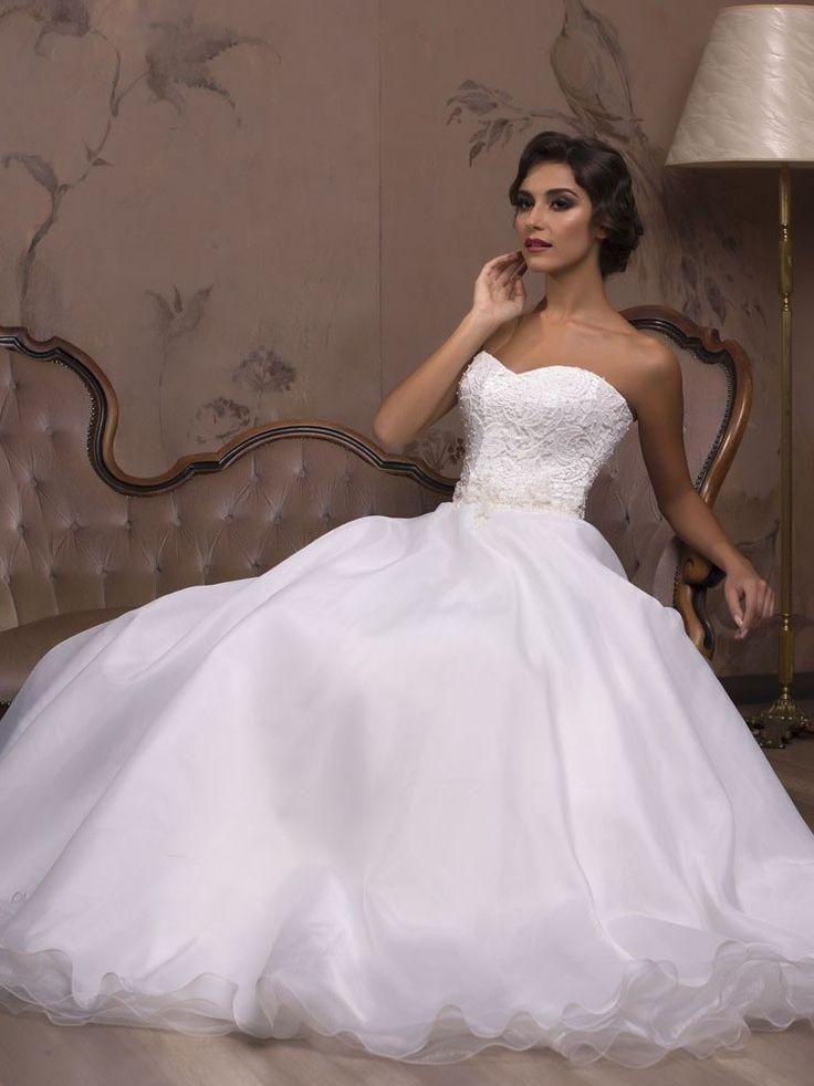 Krásne svadobné šaty so širokou tylovou sukňou a čipkovaným korzetom